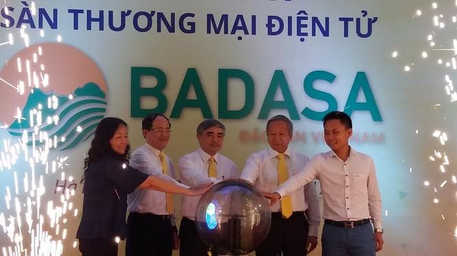Thứ trưởng Bộ TT&TT Nguyễn Minh Hồng và đại diện lãnh đạo TCT Bưu điện VN, các đơn vị chức năng bấm nút khai trương Sàn giao dịch.