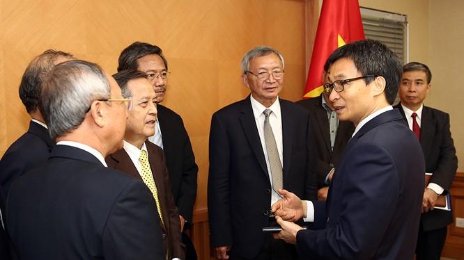 Phó Thủ tướng Vũ Đức Đam trao đổi với các nhà khoa học.