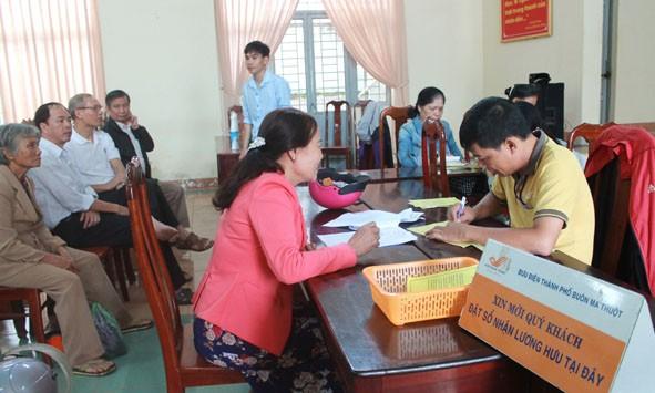 Bưu điện Việt Nam đang phối hợp với BHXH các cấp tổ chức chi trả lương hưu và trợ cấp BHXH bằng tiền mặt hàng tháng, với sự tham gia của hơn 17.000 người tại các bưu cục/điểm chi trả.