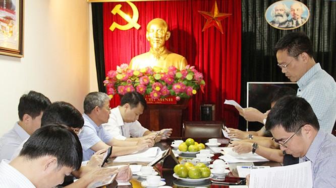 Ông Đặng Khắc Lợi - Phó Cục trưởng Cục Báo chí báo cáo với đoàn kiểm tra về tình hình ứng dụng CNTT tại Cục Báo chí.