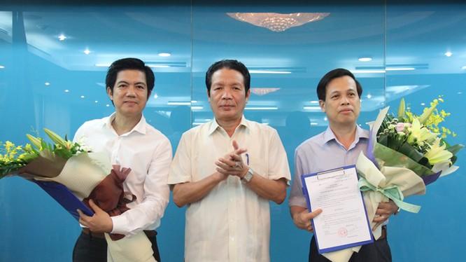 Thay mặt Lãnh đạo Bộ, Thứ trưởng Hoàng Vĩnh Bảo trao Quyết định và chúc mừng tân Cục trưởng Cục Thông tin đối ngoại Đoàn Công Huynh (bên trái) và ông Nguyễn Văn Tạo (bên phải).