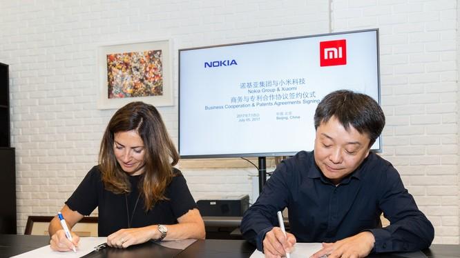 Trưởng phòng Pháp chế của Nokia - bà Maria Varsellona ký thỏa thuận hợp tác với ông Wang Xiang, Phó Chủ tịch Cấp cao của Xiaomi.