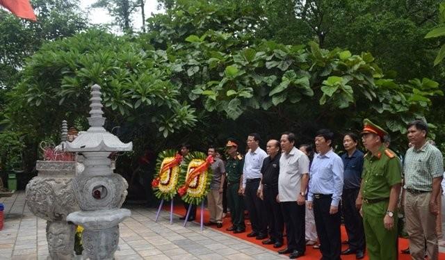 Bộ trưởng Trương Minh Tuấn và đoàn dâng hương tại Hang Tám Cô