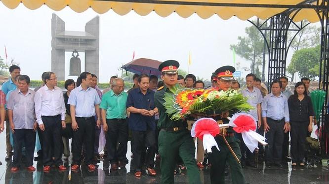 Bộ trưởng Trương Minh Tuấn dẫn đầu đoàn công tác đặt vòng hoa, dâng hương tưởng niệm các anh hùng liệt sỹ tại Nghĩa trang quốc gia Đường 9. Ảnh: Quang Thành