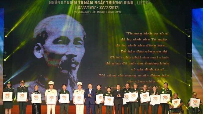 Thủ tướng Nguyễn Xuân Phúc tặng quà cho các đại biểu người có công. - Ảnh: VGP/Quang Hiếu