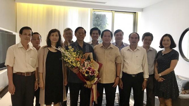 Bộ trưởng Bộ Thông tin và Truyền thông Trương Minh Tuấn thăm và tặng hoa đồng chí Nguyễn Hồng Vinh nhân kỷ niệm 87 năm Ngày truyền thống ngành Tuyên giáo của Đảng.