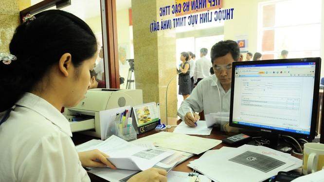 Chủ tịch Hà Nội cho biết, từ cuối năm 2015, TP đã mạnh dạn bỏ toàn bộ hệ thống phần mềm, server cũ để xây dựng hệ thống mới theo hướng thuê dịch vụ các tập đoàn viễn thông, kết nối chung từ thành phố tới phường, xã. Ảnh: hanoi.gov.vn