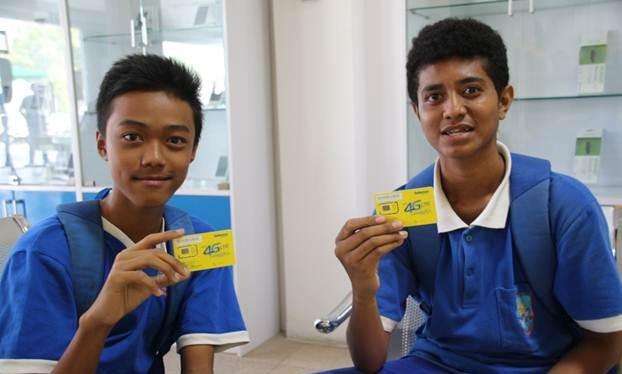 Những người Đông Timor đầu tiên đổi SIM 4G của Viettel.