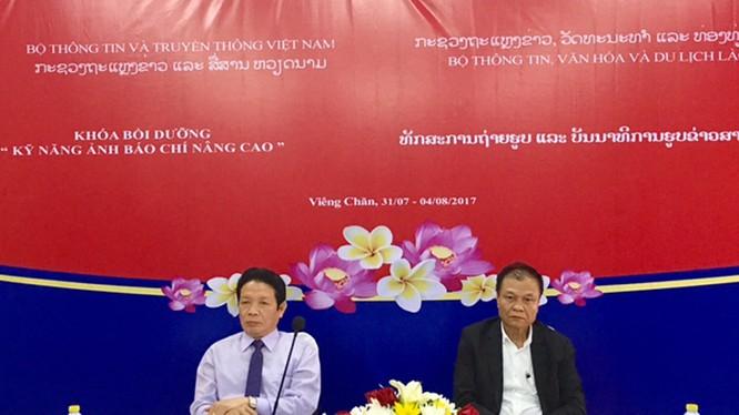 Thứ trưởng Bộ TT&TT Việt Nam Hoàng Vĩnh Bảo và Thứ trưởng Bộ Thông tin - Văn hoá và Du lịch Lào tham dự và phát biểu tại lễ khai giảng