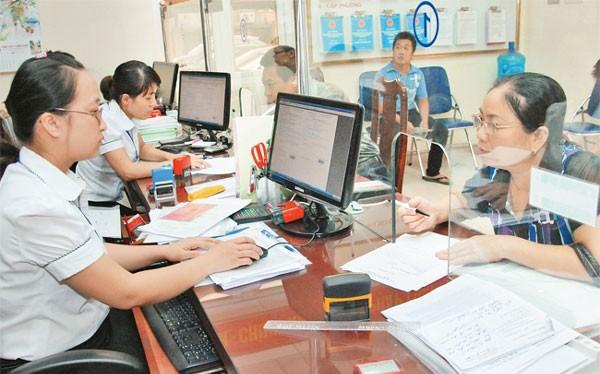 Người dân đến làm thủ tục hành chính tại Quận Long Biên. Ảnh: Duy Linh