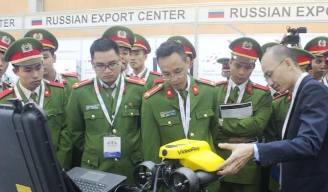 Các sỹ quan, chiến sĩ công an nhân dân nghe giới thiệu mô hình tìm kiếm, cứu nạn tự động tại Homeland Security Expo 2016. Ảnh: Báo điện tử Đảng Cộng sản Việt Nam.