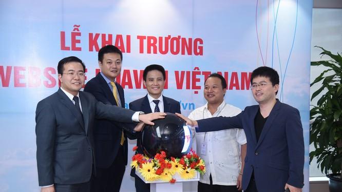 Website của công ty tại địa chỉ www.huawei.com/vn giới thiệu và cập nhật những thông tin mới nhất về các sự kiện công nghệ, hoạt động kinh doanh, hoạt động công ích xã hội của Huawei trên toàn cầu cũng như tại thị trường Việt Nam. Ảnh: Long Đặng