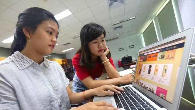 Mua hàng qua sàn thương mại điện tử là hình thức được nhiều bạn trẻ ưa chọn, nhưng thỉnh thoảng vẫn gặp phiền toái - Ảnh: Quang Định/TTO