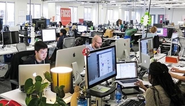 Theo một báo cáo gần đây, có tới 54% nhà tuyển dụng sẵn sàng trả mức lương cao hơn dành cho những ứng viên có các chứng chỉ liên quan đến CNTT. Ảnh minh hoạ: Bloomberg.