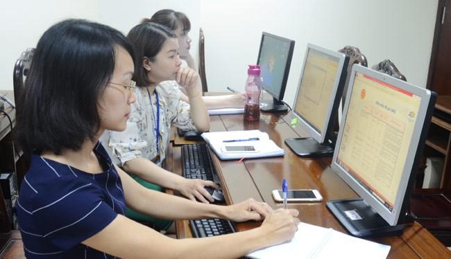 Cán bộ Cục Thuế kiểm tra hồ sơ hoàn thuế điện tử của các đơn vị trên hệ thống máy vi tính. Ảnh: Báo Tuyên Quang