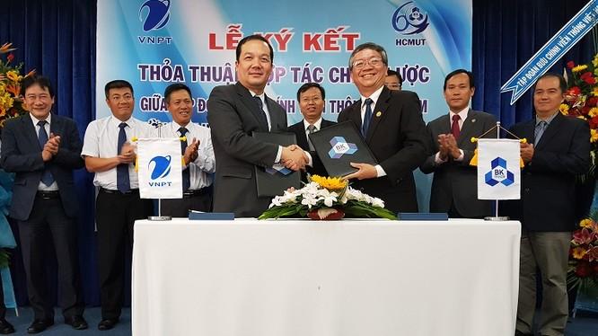 Tổng Giám đốc Tập đoàn Phạm Đức Long (bên trái) và GS.TS. Vũ Đình Thành Hiệu trưởng Trường Đại học Bách khoa Tp HCM ký kết thỏa thuận hợp tác toàn diện giữa hai bên. Ảnh: T.Q