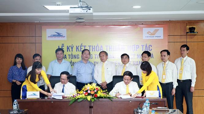 Theo nội dung ký kết, trong lĩnh vực vận tải VNPost ưu tiên sử dụng dịch vụ vận tải đường sắt của VNR trong vận chuyển các sản phẩm hàng hóa, bưu kiện… của mình. Ảnh: M.Đ
