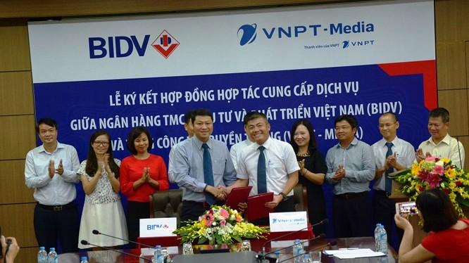 Ông Ngô Diên Hy,Tổng giám đốc VNPT-Media và ông Lê Ngọc Lâm, Phó Tổng giám đốc BIDV cùng ký kết văn bản. Ảnh: K.N