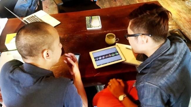 Huấn luyện viên Vũ Phan Trung - DOTGEARS trong buổi gặp đầu tiên với thí sinh Đào Văn Dũng - tác giả game BEARCATCHER. Ảnh: Bluebird Award 2016