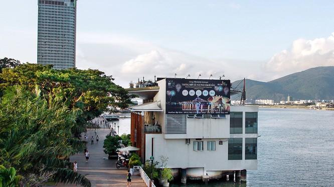 Cà phê Memory (số 7 Bạch Đằng) và khách sạn Novotel (phía sau, trước đây là số 36, 38 Bạch Đằng) được Công ty xây dựng 79 mua lại của TP Đà Nẵng không qua đấu giá - Ảnh: N.P.V.