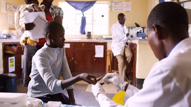 Tại Uganda, ứng dụng mới được xây dựng trên Azure cho phép bác sĩ chẩn đoán hồ sơ và chăm sóc bệnh nhân tốt hơn và nhân viên y tế có thể xác định và chặn đứng các bệnh truyền nhiễm như sốt rét trước khi chúng bùng phát. Ảnh: Microsoft.