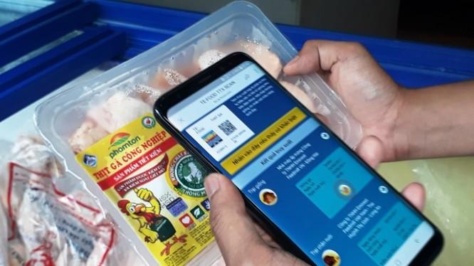 Người dân đã có thể truy xuất nguồn gốc thực phẩm bằng smartphone. Ảnh: Anh Lê