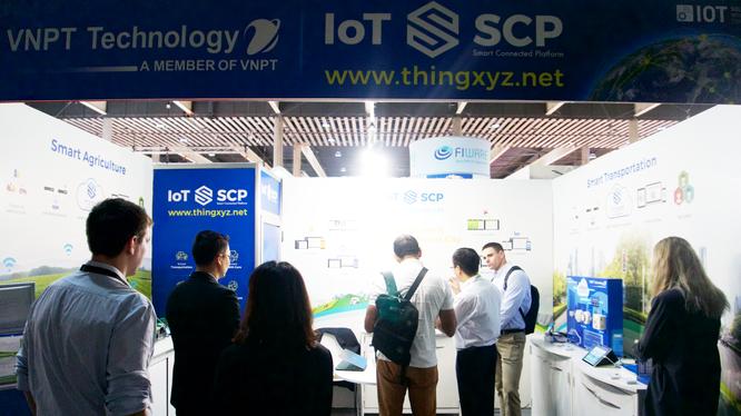Gian trưng bày giải pháp của VNPT Technology thu hút nhiều sự chú ý của đối tác và khách mời quốc tế tại sự kiện. Ảnh: Phương Hà.