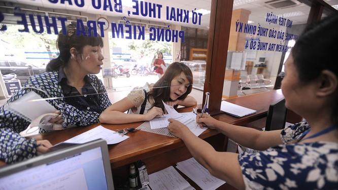 Doanh nghiệp đang làm thủ tục thuế tại Cục Thuế Hà Nội. Ảnh minh hoạ: Ngọc Thắng - Thanh Niên.