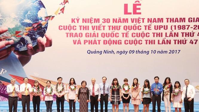 Ban Tổ chức trao hoa biểu dương thành tích xuất sắc của các bạn đạt giải UPU trong 30 năm qua. Ảnh: Thảo Anh.