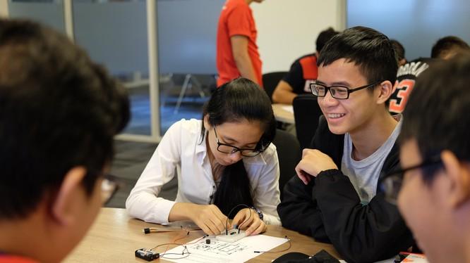 Sinh viên tham gia một lớp học thử về công nghệ. Ảnh: Kiều Trang.