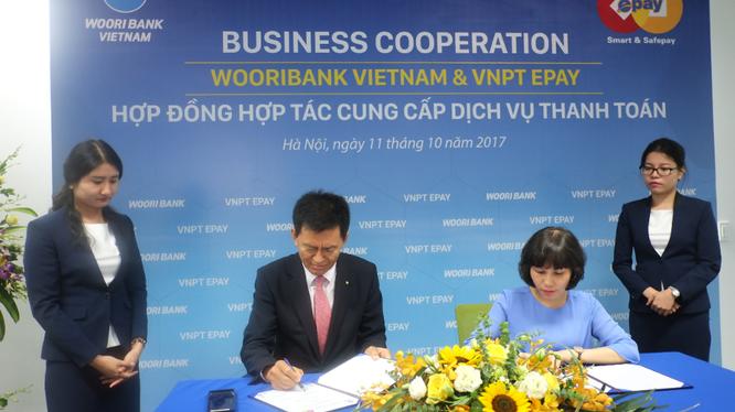 Lãnh đạo VNPT EPAY và Woori Việt Nam chính thức ký kết hợp đồng hợp tác. Ảnh: VNPT ePay.