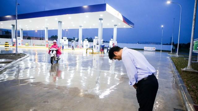 Ông Hiroaki Honjo, tổng giám đốc Công ty TNHH xăng dầu Idemitsu Q8, cúi chào khách mỗi khi khách đến đổ xăng và ra về - Ảnh: TRẦN CÔNG ĐẠT