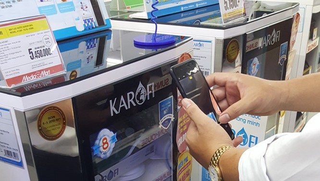 Người tiêu dùng kiểm tra máy lọc nước chính hãng bằng ứng dụng quét mã. Ảnh: MH