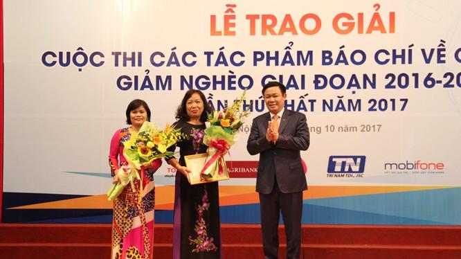 Phó Thủ tướng Vương Đình Huệ trao giải A cho nhóm tác giả đoạt giải. Ảnh: Anh Quang