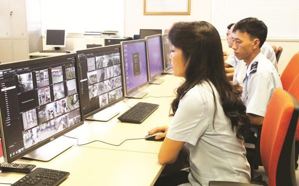 Công chức Chi cục Hải quan cửa khẩu sân bay quốc tế Nội Bài giám sát hoạt động xuất nhập cảnh. Ảnh: Hải Quan.