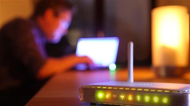 Cẩn thận bị nghe lén, đánh cắp tài khoản ngân hàng từ thiết bị WiFi. Ảnh minh hoạ: AFP
