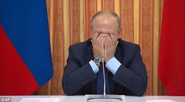 Tổng thống Nga Vladimir Putin ôm mặt cười. Ảnh: DailyMail