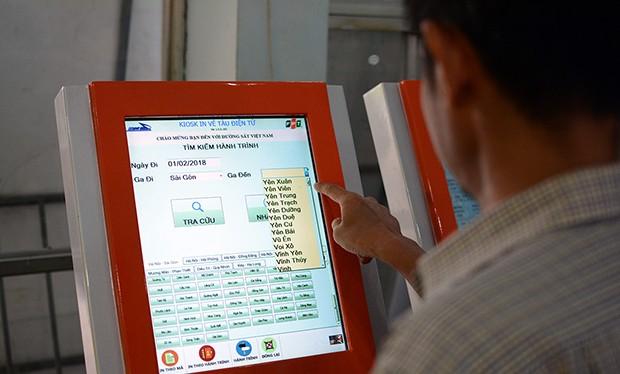 Hành khách sau khi đặt vé có thể thanh toán bằng các hình thức: thẻ tín dụng, thẻ ATM, hoặc tại các điểm thu hộ (các chi nhánh Ngân hàng VIB, các Bưu cục của VNPOST, các nhà Ga). Ảnh: FPT