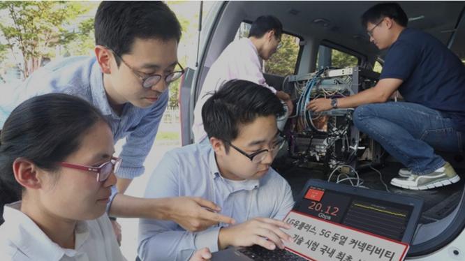 Các nhân viên LG U+ theo dõi kết quả của công nghệ 'Kết nối kép' trên một thiết bị đo kiểm trong một chiếc xe hơi tại trạm thu phát sóng thử nghiệm 5G. Ảnh: Huawei