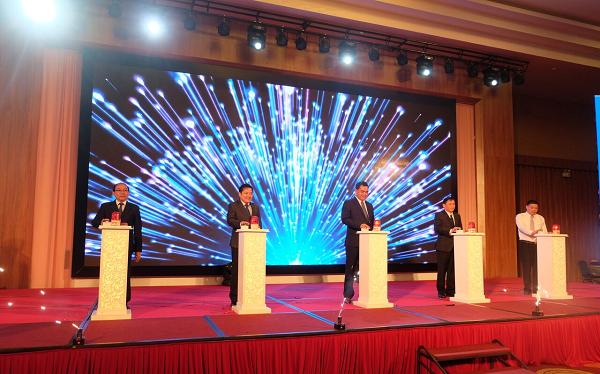 Đại diện lãnh đạo UBND tỉnh Đăk Lăk và VNPT nhấn nút chính thức khai trương hệ thống dịch vụ hành chính công trực tuyến tích hợp một cửa điện tử liên thông.
