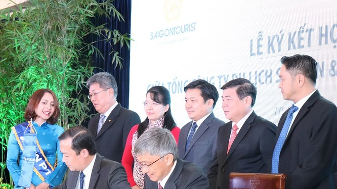 Ông Phạm Đức Long – Tổng giám đốc VNPT và ông Trần Hùng Việt, Tổng Giám đốc Saigontourist ký kết hợp tác chiến lược giữa hai doanh nghiệp. Ảnh: T.Quỳnh