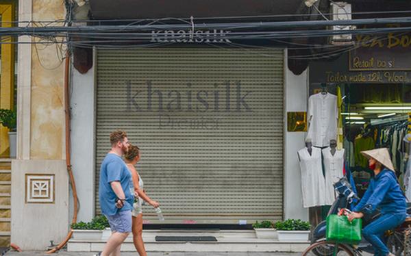 Cửa hàng lụa Khaisilk tại số 113 Hàng Gai đóng cửa sớm ngày 26/10. Ảnh: Vietnamnet