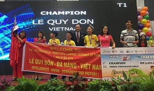 Khoảng khắc nhận giải đầy cảm xúc của nhà vô địch tại đấu trường năm 2016. Ảnh: BTC.