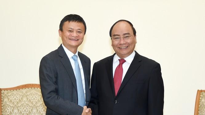 Thủ tướng chào mừng Chủ tịch Tập đoàn thương mại điện tử Alibaba tới thăm Việt Nam. Ảnh: VGP/Quang Hiếu.