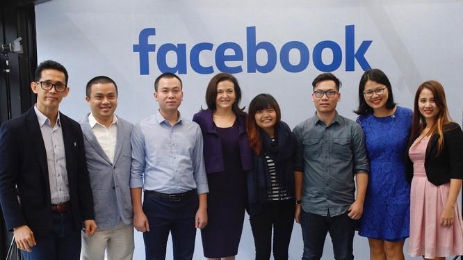 Bên lề hội nghị APEC, đại diện Facebook đã gặp gỡ các chủ doanh nghiệp nhỏ tại Việt Nam đang sử dụng Facebook cho mục đích phát triển việc kinh doanh của họ. Ảnh: Facebook.
