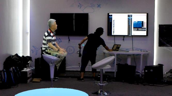 Một khách thăm quan thực hiện cuộc gọi video holographic với bạn bè ở nơi xa trong cuộc thử nghiệm trực tiếp. Ảnh: Huawei.