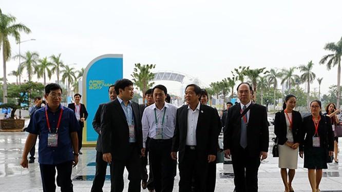 Nhằm chuẩn bị tốt nhất cho việc tổ chức Tuần lễ Cấp cao APEC 2017, đặc biệt là vấn đề truyền thông, từ sáng sớm ngày 8/11, Bộ trưởng Bộ Thông tin và Truyền thông Trương Minh Tuấn đã có mặt tại Đà Nẵng để kiểm tra công tác tổ chức.
