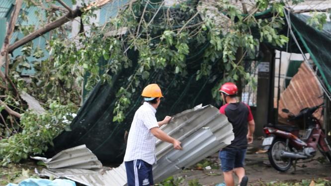 Người dân Khánh Hòa vẫn đang rất vất vả khắc phục những thiệt hại do bão 12 thì lại phải ứng phó khẩn với cơn bão số 14 đang tiến sát. Ảnh: Báo Khánh Hoà.