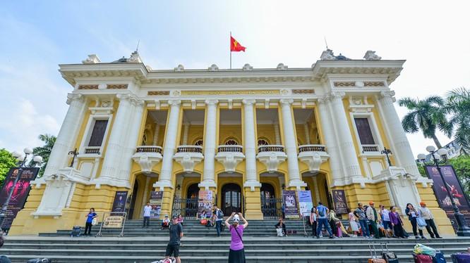 Nhà hát Lớn Hà Nội có chiều dài 87 m, bề ngang trung bình 30 m, phần đỉnh mái cao nhất 34 m so với nền đường, diện tích xây dựng khoảng 2.600 m2.