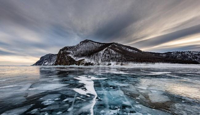 Mặt nước đóng băng trên hồ Baikal, Nga là một trong những khung cảnh hùng vĩ mà những người mê du lịch ước ao được tận mắt chứng kiến. Ảnh: BI.